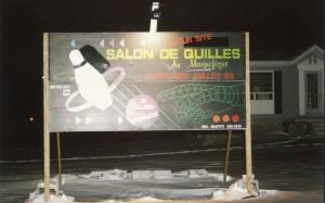 Pancarte extérieure annonçant la venue du salon de quilles Au Magnifique de Lavaltrie en 1992